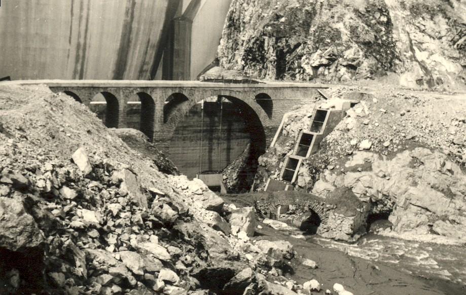 photo de la construction du barrage avec ancien pont